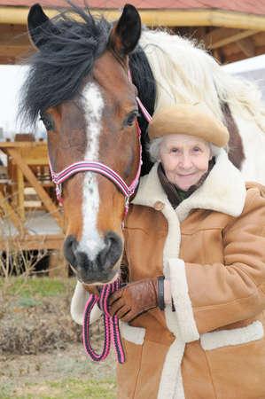 femme et cheval: Portrait de la grand-m�re et le cheval, Outdoor Banque d'images