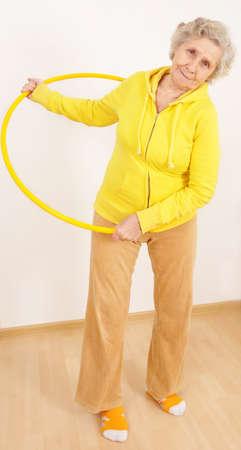 excitacion: abuela haciendo gimnasia con hula-hoop Foto de archivo