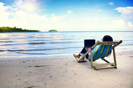 laptop asian: Mujer de negocios con un ordenador port�til junto a la playa