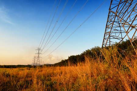 Poste de haute tension ou d'une tour à haute tension au coucher du soleil