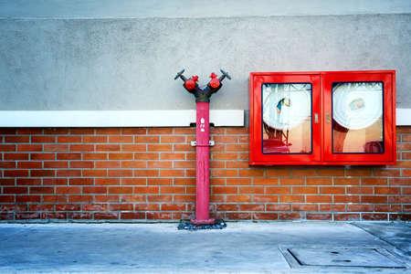 borne fontaine: Bouche avec des tuyaux d'eau et le feu ?teint l'?quipement