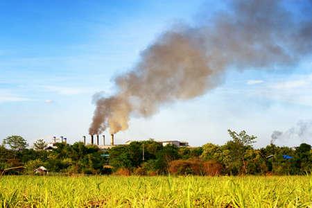 Luchtverontreiniging door de rook die uit de fabriek Stockfoto