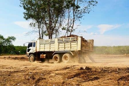 the dump truck: Pesado deber cami�n de volteo Foto de archivo