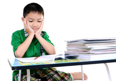 Menino do estudante cansado para fazer li