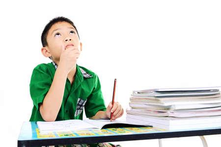 Menino do estudante a pensar sobre a resposta sobre a li