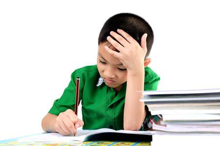 diligente: Muchacho del estudiante cansado para hacer la tarea Foto de archivo