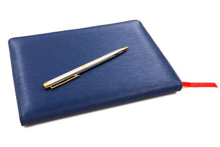 Caderno de couro azul com caneta isolado no fundo branco