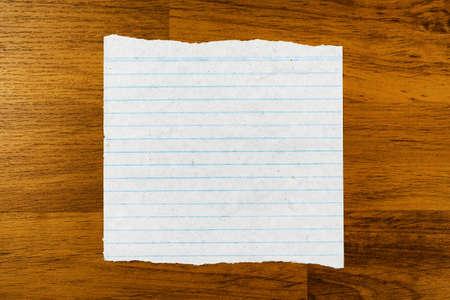 Livro de papel do vintage na placa de madeira Banco de Imagens