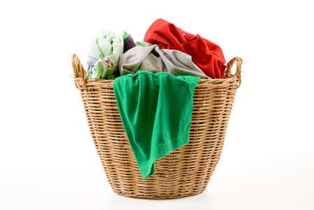 Roupas em uma cesta de madeira lavanderia isolada no fundo branco