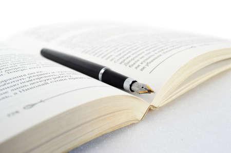 directorio telefonico: Libro con la pluma en el fondo blanco