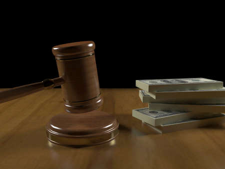 signo de pesos: Mazo y dinero en el escritorio del juez