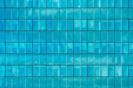 Fond de mur de fenêtres en verre bleu de l'extérieur de l'immeuble de bureaux moderne, concept d'architecture contemporaine