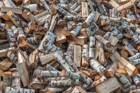 Des piles de bois de chauffage pour l'hiver prochain. Tas de bois de chauffage. Fond de bois de chauffage