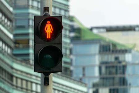 Rotes Fußgängersignal. Ampel weibliche Figurenform in einer der Avenue in Vilnius, Litauen