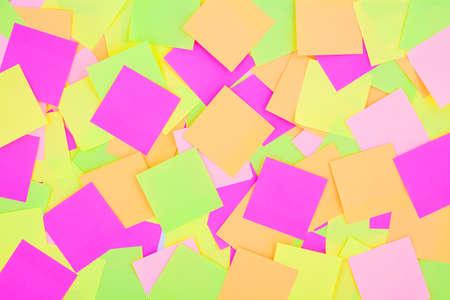 Viele bunte Post-It-Notizen Hintergrund. Strahlende bunte Erinnerungsnotizen Tapete. Mehrfarbiges Post-It-Papier. Farbige Haftnotizen.