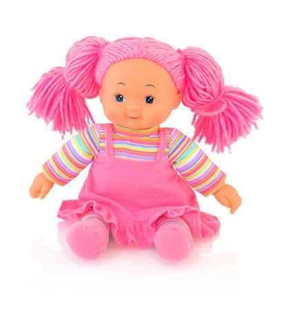 Muñeco de peluche Pinky aislado sobre fondo blanco con reflejo de sombra. Linda muñeca de trapo meñique sentada sobre una base blanca. Bonito bebé de trapo contemporáneo con cabello rosado. Bebé de trapo con alegría moderno.