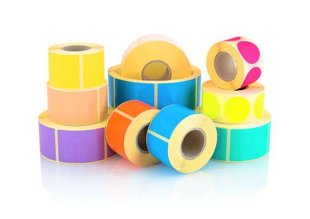Farbige Etikettenrollen auf weißem Hintergrund mit Schattenreflexion isoliert. Farbrollen von Etiketten für Drucker. Etiketten für den Thermodirekt- oder Thermotransferdruck. Quadrat- und Kreisetikettenhintergrund Standard-Bild