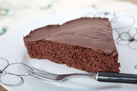 trozo de pastel: Tarta de chocolate dulce horneada hecha en casa