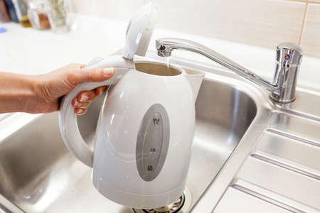 kettles: Verter agua en un hervidor eléctrico