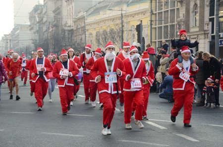 Belgrado, Servië - december 29 geïdentificeerde deelnemers van de zesde jaarlijkse Belgrado Santas Race op 29 december 2013 in Belgrado, Servië Redactioneel