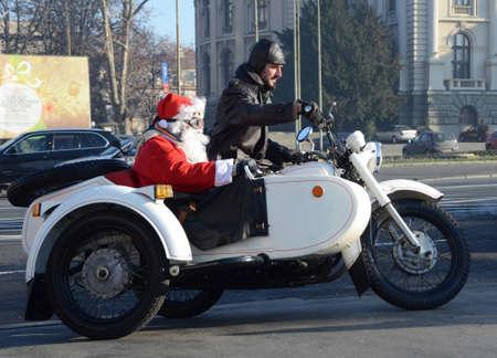 ni�o discapacitado: BELGRADO, SERBIA - 26 de diciembre: Indefinido Santa entregar ayuda humanitaria en forma de regalos a los ni�os con discapacidad durante el anual desfile de Pap� Noel de la motocicleta el 26 de diciembre de 2015, Belgrado, Serbia Editorial