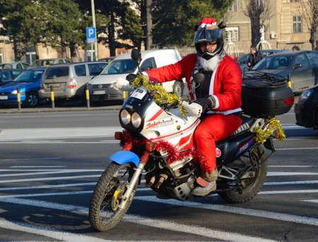 niños discapacitados: BELGRADO, SERBIA - 26 de diciembre: Indefinido Santa entregar ayuda humanitaria en forma de regalos a los niños con discapacidad durante el anual desfile de Papá Noel de la motocicleta el 26 de diciembre de 2015, Belgrado, Serbia Editorial