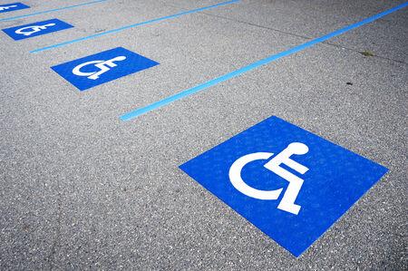 rayures diagonales: Symbole handicap� international peinte en bleu clair sur un espace de stationnement de centre commercial. L'espace est clairement indiqu� sur chaque c�t� avec des rayures diagonales blanches suppl�mentaires. Banque d'images