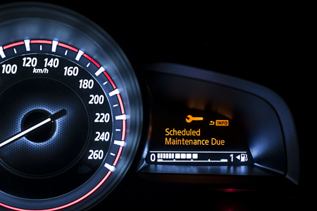 the maintenance: Velocímetro del coche con pantalla de información - Mantenimiento programado Debido Foto de archivo
