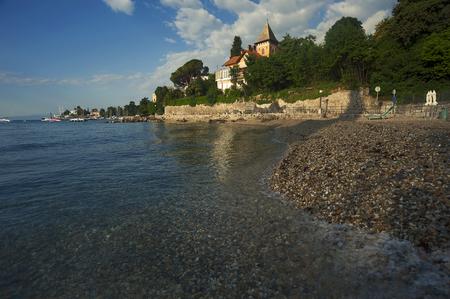 暖かい朝の光オパティヤ、地中海、クロアチアのビーチ