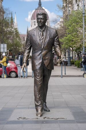 ronald reagan: BUDAPEST, HUNGARY - APRIL 19, 2015: Statue of the former U.S. President Ronald Reagan on the background of Hungarian Parliament Building. Statue by sculptor Istvan Mate was unveiled on June 29, 2011.