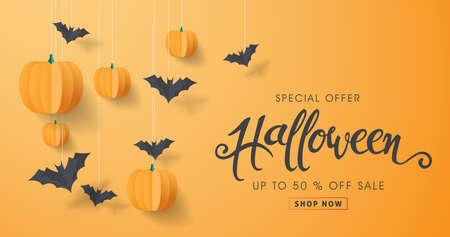 Glückliche Halloween-Kalligraphie mit Papierschlägern und -kürbisen.
