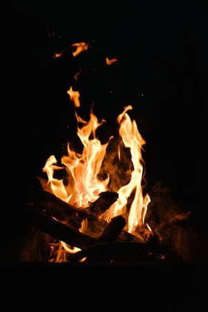 Feu dans la cheminée, notez la faible profondeur de champ. Gros plan sur l'image de la cheminée et de la combustion du bois