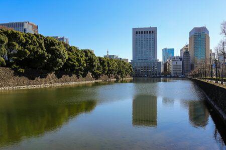 Tokyo sunny cityscape under blue sky with bridges and Sumida river Standard-Bild - 140372397