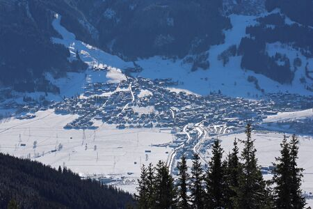 Aerial view of winter Austria valley village from high point of sunny Alp mountains Banque d'images - 140501282