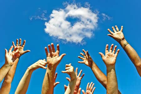 alabanza: Amigo de manos en el aire celebrando la amistad