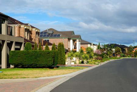 Suburban Straat met nieuwe moderne huizen op een mooie zonnige dag Stockfoto