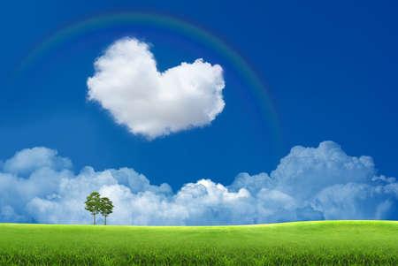 corazones azules: Cielo azul con nubes en forma de coraz�n y un arco iris Foto de archivo
