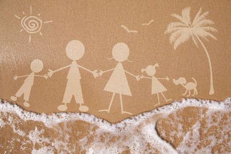 Sommer-Familienurlaub-Konzept auf nassem Sand Textur
