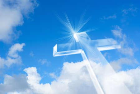 休日、クリスマス、イースターおよび宗教の設計のための美しい空背景上のキリスト教の十字