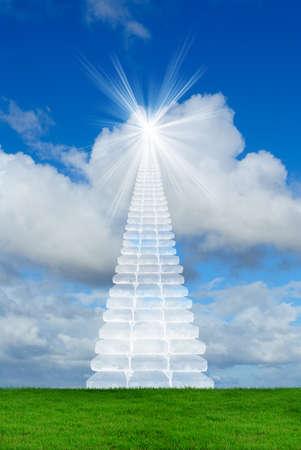 himlen: Virtuella trappor som sträcker sig till en ljus himmel, symbol för vägen till himlen Stockfoto