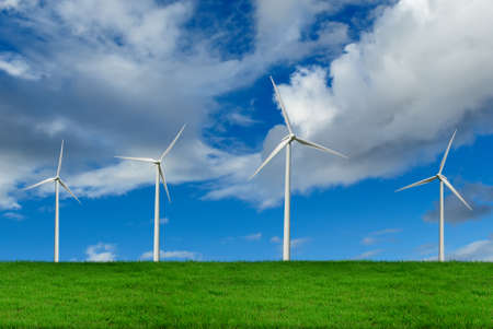 Turbinas de vento no campo verde, energia alternativa