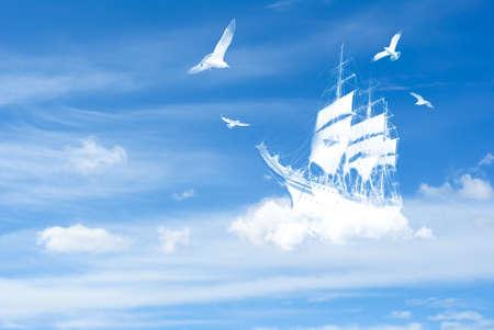 Een oude grote fantasie Schip zeilen in de wolken Stockfoto