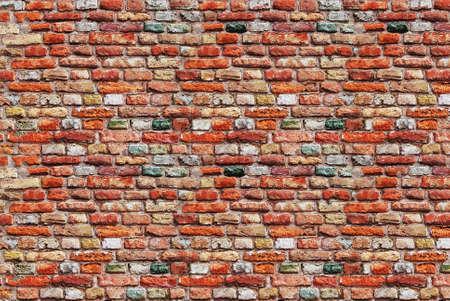 paredes de ladrillos: Vista de la fachada del antiguo muro de ladrillo rojo