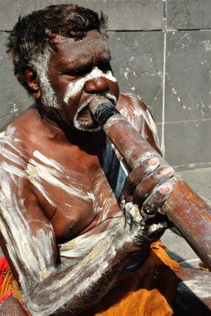 aborigen: Aborigen realizar para los turistas que pasan, Australia, Melbourne Editorial
