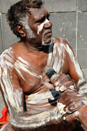 Homem aborígene apresentando para os turistas que passam, Austrália, Melbourne