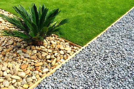 Landscaping combinaties van gras, planten en stenen Stockfoto