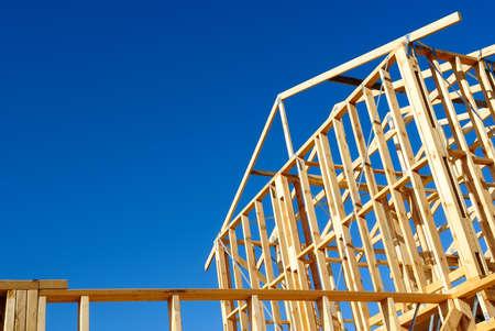 Nieuwe woningbouw huis framing tegen een blauwe hemel