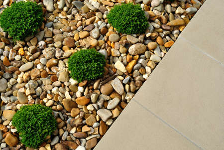 Landscaping combinations of plants, pebbles and paving Banque d'images