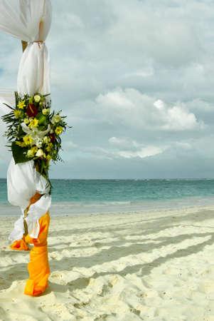 Decoração de flores no local do casamento de praia