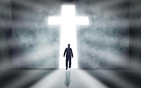 Man lopen naar een enorm kruis passage Stockfoto